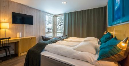 Kaamos hotelroom with a double bed